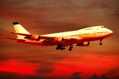 Transports aériens - avion et coucher du soleil photos stock