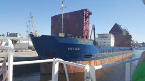 Transportschiffssegeln im Kanal stockfoto