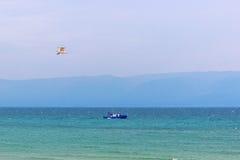 Transportskepp och fiskmås på Laket Baikal arkivfoton