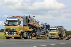 Transportsträcka för utrustning för två Volvo FH16 halva lastbilar tung Fotografering för Bildbyråer