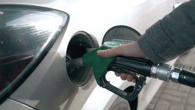 Transportu i posiadania pojęcie - obsługuje pompować benzyny paliwo w samochodzie przy benzynową stacją zdjęcie wideo