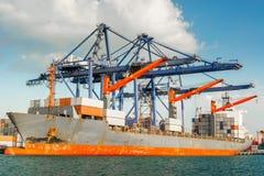 Transportu i wysy?ki logistyki ?adowniczy dok ?miertelnie , zbiornika import i eksport denny frachtowy transport przemys?owy , zdjęcia royalty free