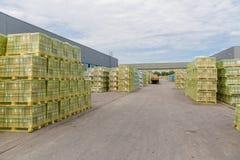 Transportu, logistyki, dostawy i produktu biznesu przemysł, Składowy magazyn z kartonami z upakowanymi towarami zdjęcie stock
