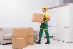 Transportu pracownik dostarcza pudełka mieścić obraz stock