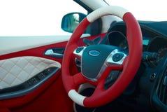 transportu samochodowy wewnętrzny sterowniczy koło Samochodowi wnętrze szczegóły Biała czerwona skóra z zaszywaniem obrazy royalty free