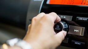 Transportu samochodu i pojazdu auto audio pojęcie - obsługuje używać samochodowego audio i radia stereo na samochodowym panelu Obraz Royalty Free
