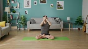 Transportwagen aus dem jungen Mann heraus, der morgens Yoga in seinem Wohnzimmer tut stock video