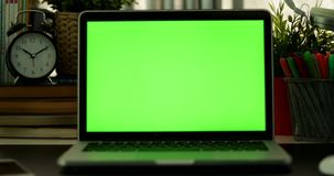 Transportwagen aus Laptop mit grünem Schirm heraus Dunkles Büro Vervollkommnen Sie, um Ihr eigenes Bild oder Video zu setzen Grün stock footage