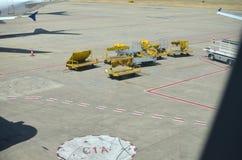 Transportwagen am Flughafen stockfotografie