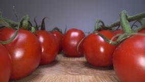Transportwagen geschossen von den roten heitren Tomaten auf Holztischhintergrund Durch einheimisches Gemüse gleiten, gesunde Ernä stock footage