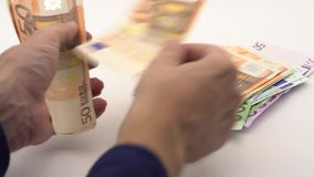 Transportwagen 4K geschossen von der Zählung von Eurorechnungen von verschiedenen Werten Eurobargeld stock video