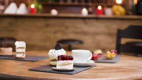 Transportwagenparalaxe geschossen auf Kaffee und Scheiben von Kuchen auf einer Tabelle stock footage