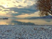 Transquil在日落的湖风景在冬天 免版税库存图片