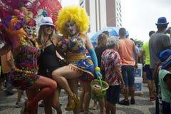 Transvestit firar Rio Carnival på ett gataparti Royaltyfri Bild