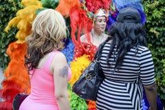 Transvestit i regnbågeklänningbögen Pride Parade Royaltyfria Foton