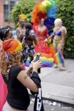 Transvestit i regnbåge klär bögen Pride Parade Royaltyfri Foto