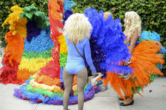 Transvestit i regnbåge klär bögen Pride Parade Arkivbilder