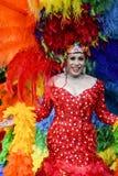 Transvestit i regnbågeklänningbögen Pride Parade Arkivfoto