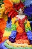 Transvestit i regnbågeklänningbögen Pride Parade Arkivfoton