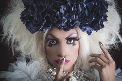 Transvestit med spektakulär makeup som är glamorös Arkivfoton