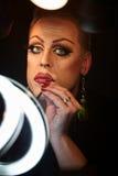 Transvestit som använder läppstift royaltyfri fotografi