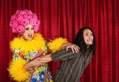 Transvestit som drar mannen Arkivfoton