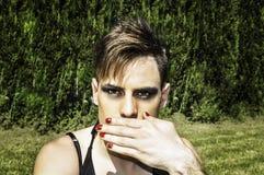 Transvestit som täcker hennes mun Royaltyfri Foto