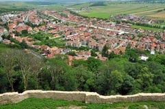 Transylvanian传统村庄。从Rasnov城堡的一个看法 免版税库存图片