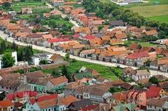 Transylvanian传统村庄。从Rasnov城堡的一个看法 免版税库存照片