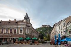 Transylvanian市的大街天界 城市的城堡,小山的,在背景中能被看见 库存图片