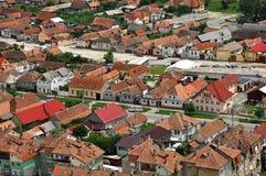 Transylvanian traditioneel dorp. Een mening van Rasnov-kasteel Royalty-vrije Stock Afbeelding