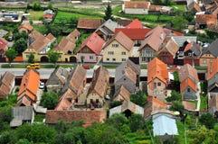 Transylvanian traditionell by. En sikt från den Rasnov slotten Arkivbild