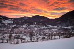 Transylvanian vintersoluppgång ovanför byn royaltyfri bild