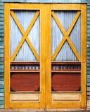 träantik dörr Arkivbild
