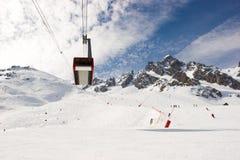 Tranvía aéreo en la estación de esquí Imágenes de archivo libres de regalías