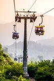 Tranvía aéreo que se levanta en montañas tropicales de la selva Imagen de archivo