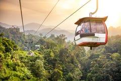 Tranvía aéreo que se levanta en montañas tropicales de la selva Fotos de archivo