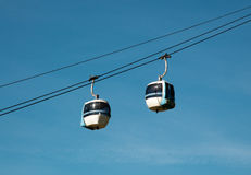 Tranvía aéreo (teleférico) - Cermis, Italia Fotos de archivo
