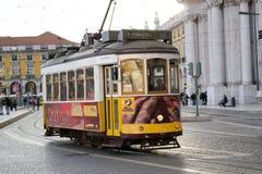 Tranvía amarilla en Lisboa (Portugal) Fotos de archivo libres de regalías