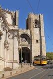 Tranvía amarilla famosa número 28 delante de la catedral de Lisboa Fotos de archivo