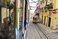Tranvía amarilla típica, Lisboa, Portugal Imagen de archivo libre de regalías