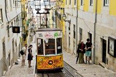 Tranvía amarilla típica, Lisboa, Portugal Imágenes de archivo libres de regalías