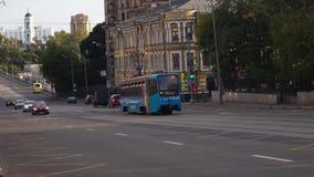 Tranvía azul en las calles de Moscú