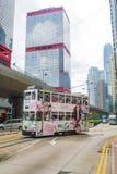 Tranvía de dos pisos con los rascacielos Fotos de archivo libres de regalías