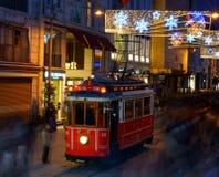 Tranvía de la calle en la calle de Istiklal. Fotografía de archivo