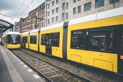 Tranvía de la ciudad de Berlín, tren eléctrico en la calle en Warschauerstr Fotografía de archivo