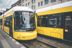 Tranvía de la ciudad de Berlín, tren eléctrico en la calle en Warschauerstr Fotos de archivo libres de regalías