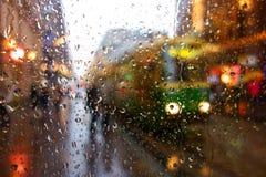Tranvía de la ciudad de Helsinki en la calle de Aleksanterikatu en la tarde mojada de diciembre Foto de archivo libre de regalías