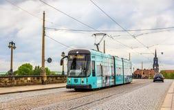 Tranvía de la ciudad en el puente de Augustus en Dresden Imagenes de archivo