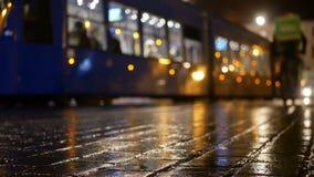 Tranvía de la gente de la lluvia de la ciudad almacen de video